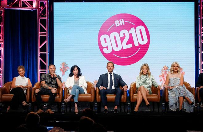 Gabrielle Carteris, Brian Austin Green, Shannen Doherty, Ian Ziering, Jennie Garth dan Tori Spelling menghadiri panel siri 'BH90210' semasa Summer Television Critics Association Press Tour baru-baru ini. — Gambar Reuters