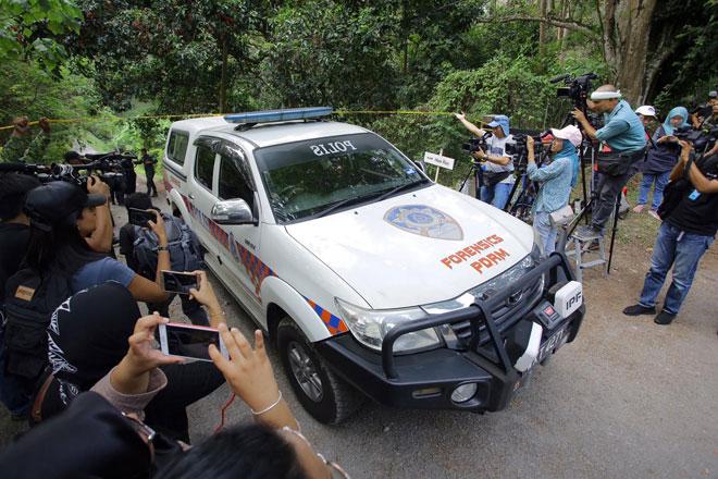 Kenderaan Forensik PDRM memasuki kawasan berdekatan resort dimana mayat dipercayai Nora ditemui pasukan mencari dan menyelamat (SAR) semalam. — Gambar Bernama
