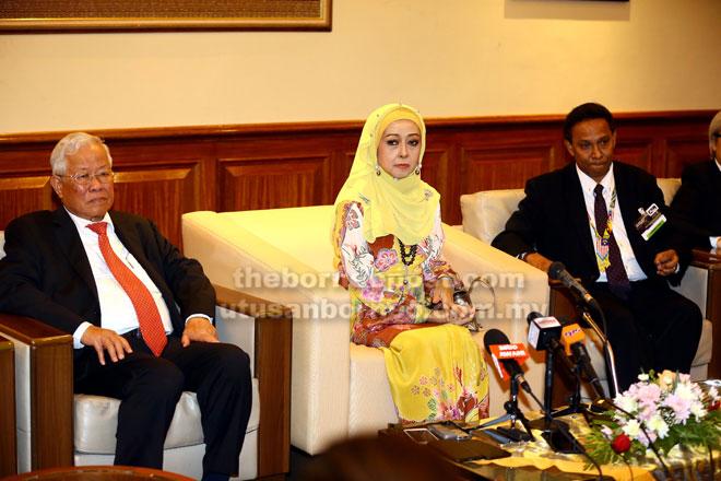 Manyin (kiri) pada sidang media selepas mewakili Ketua Menteri merasmikan Persidangan Antarabangsa MELTA Ke-28. Turut kelihatan Raja Nazhatul Shima dan Ganakumaran. — Gambar Muhammad Rais Sanusi