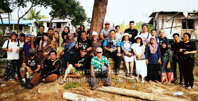Jurugambar dan model yang menyertai Sesi Outing Photo di Kampung Batu Mandi, Similajau merakam gambar kenangan.