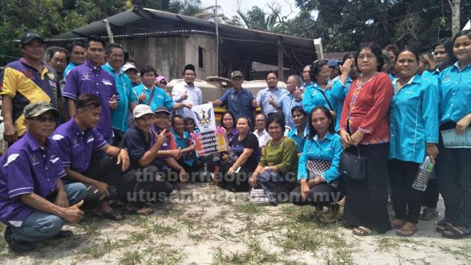 Juanda (baju putih, tengah) bersama penduduk yang hadir pada penyerahan tangki air baru-baru ini.