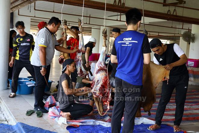 Pelajar dan staf UNIMAS melapah lembu untuk diagihkan pada majlis korban anjuran PITAS dengan kerjasama PTJ UNIMAS semalam.