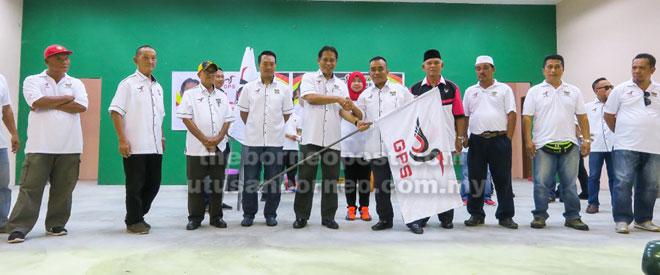 Dr Abdul Rahman menyerahkan bendera GPS kepada ketua ranting yang menyertai Jelajah GPS-PBB di SK Kampung Pahlawan baru-baru ini.