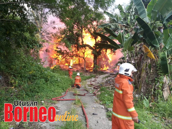 Anggota bomba memadam sisa bara api daripada merebak.