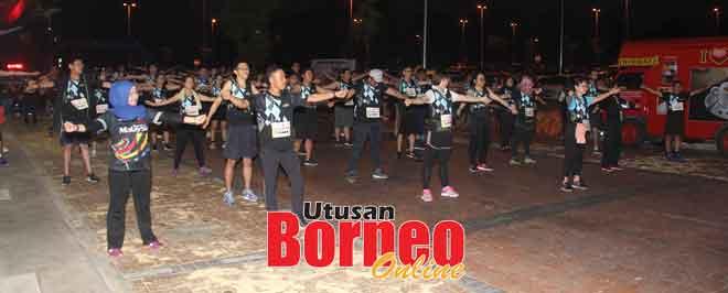 Sebahagian daripada peserta memanaskan badan sebelum menyertai larian.