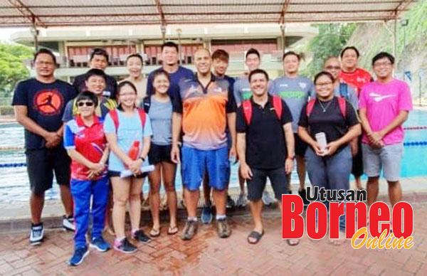 Chris (tengah di depan) bersama peserta Kilinik Kejurulatihan di Kompleks Sukan Penampang.