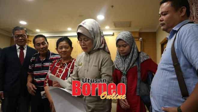 Fatimah bersama keluarga David yang terdiri daripada bapanya, Edmund Rapi (dua kiri) Teresa, Nur Lina dan Morni selepas sidang media di LTAK semalam. Turut kelihatan, Chai (kiri).