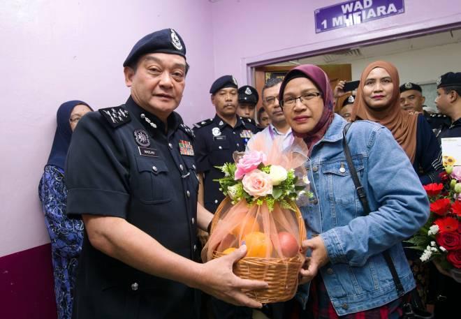 Mazlan (kiri) menyampaikan sumbangan kepada isteri Mohd Zamri selepas melawat Ketua Polis Daerah Besut itu di Hospital Universiti Sains Malaysia Kubang Kerian, Kota Bharu, semalam. — Gambar Bernama