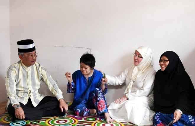 Sultan Abdullah (kiri) bersama Tunku Azizah Aminah Maimunah menyanyikan lagu 'Tanya Sama Pokok' ketika baginda berkenan menceriakan Syafirah Hanum (dua kiri) ketika berkenan mencemar duli ke Program Ziarah Kasih di Taman Sri Keramat dekat Maran, semalam. — Gambar Bernama