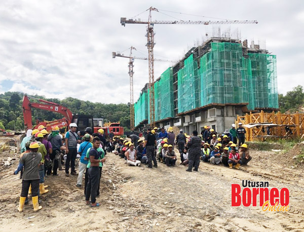 PARA pekerja binaan dikumpulkan untuk pemeriksaan.