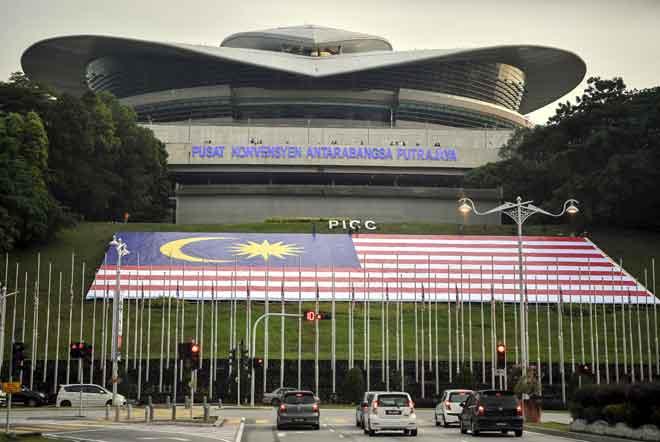 Jalur Gemilang gergasi yang terbentang megah pada bahagian bukit di hadapan Pusat Konvensyen Antarabangsa Putrajaya (PICC) antara tarikan terbaru pemandangan di Pusat Pentadbiran Kerajaan Putrajaya, semalam. — Gambar Bernama