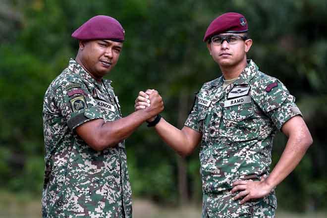 Nor Efendi (kanan) bersama Shahrol yang terlibat dalam Ops Daulat di Lahad Datu, Sabah enam tahun lalu ketika ditemui Bernama di Kuala Nerus, semalam. — Gambar Bernama