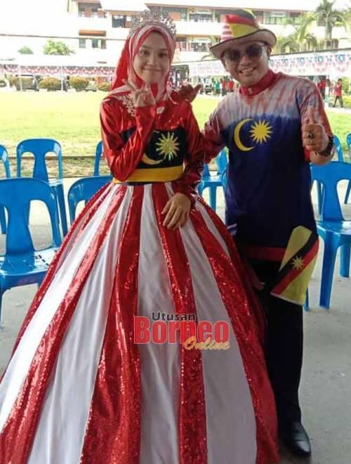 Pengacara majlis Nusyirwan Adil Jamali atau Irwanshah merakam gambar kenangan bersama salah seorang peserta pertunjukan kostum bertemakan merdeka.