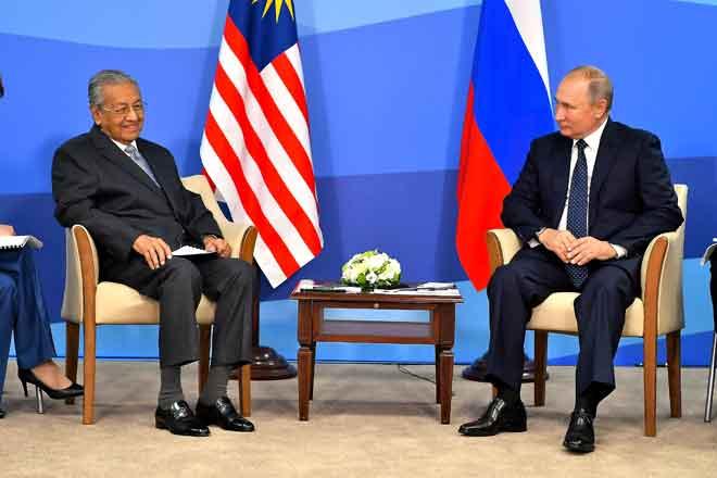 Dr Mahathir (kiri) bersama Putin ketika mesyuarat dua hala antara kedua-dua negara sempena Forum Ekonomi Timur (EEF) kelima, semalam. — Gambar Bernama
