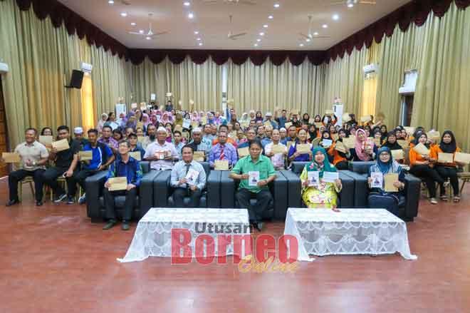 Dr Rahman (duduk tengah) begambar enggau temuai sereta pengari penerima geran MRP ba pengerami nya di Limbang kilah ensana.