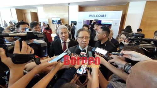 Abang Johari nerangka pasal  pengawa deka ngemanahka palan penyangkai kapal Sarawak ngagai raban media, seraya ia disempulang Awang Tengah nyerumba pengawa bejadika Hari Eksport Sarawak 2019, sehari tu.