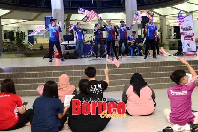 Antara persembahan Artis Budaya PENTARAMA JaPen Malaysia, Sarawak, di UiTM.