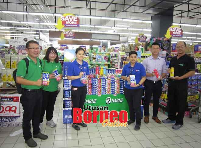 Carmen Chu (dua kiri) dan Jefferson Chua (dua kanan) pengurus jualan Hawley & Hazel Marketing (M) Sdn Bhd, serta kakitangan kedua-dua syarikat dan promoter Pasar Raya Emart mempamerkan produk Darlie serta hadiah percuma.