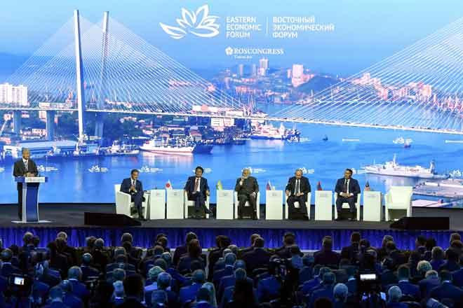 Dr Mahathir menyampaikan ucapannya pada sesi pleno Forum Ekonomi Timur Ke-5 (EEF) di Kampus Far Eastern Federal University (FEFU) Campus kelmarin.Turut hadir Presiden Vladimir Putin (dua kanan), Perdana Menteri India, Narendra Modi (tiga kanan), Perdana Menteri Jepun, Shinz Abe (empat kanan) dan Presiden Mongolia, Khaltmaagiin Battulga (kanan).  — Gambar Bernama