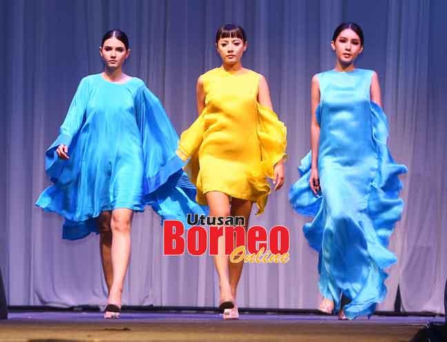 Sekeda fesyen ke ditengkebang pesereta BOAD19 ti dipandangka model ba Malam Gala BOAD19 di Kuching, malam Hari Enam.