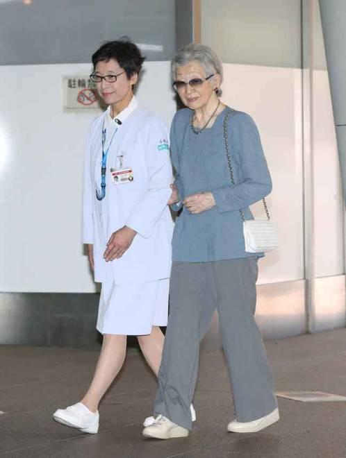 Michiko diiringi jururawat ketika memasuki Hospital Universiti Tokyo, kelmarin. — Gambar AFP