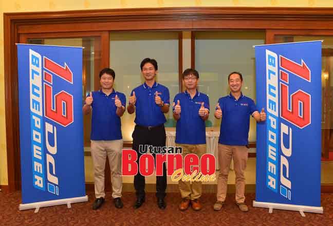 Nakamura (dua kanan) ditemani Tateyama (dua kiri) bersama Sogo (kiri) dan Suzuki memperkenalkan enjin baharu D-Max 1.9L Ddi Blue Power.