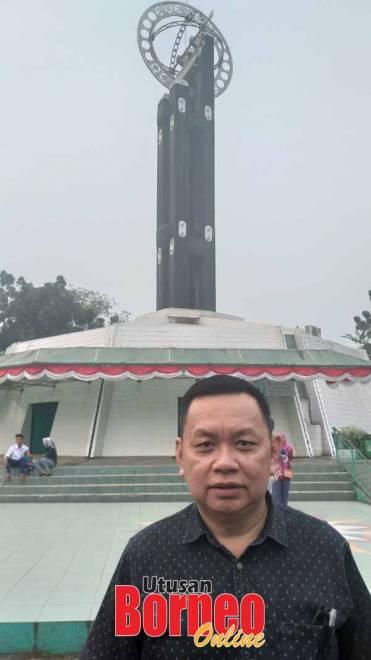 Penulis merakam foto di hadapan Tugu Khatulistiwa.