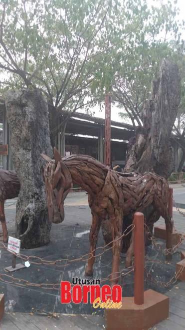 Replika kuda daripada seni kayu antara keunikan menarik sekitar taman di monumen itu.
