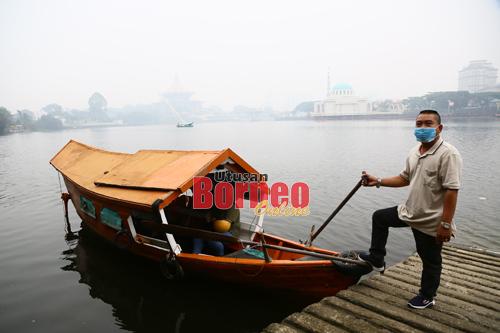 acaan Indeks Pencemaran udara (API) setakat jam 9 pagi menunjukan keadaan udara tuada sihat pada paras indeks 245. Perkhidmatan Perahu Tambang masih berjalan seperti biasa membawa penumpang menyeberangi Sungai Sarawak.