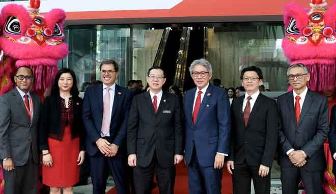 Lim (tengah) bergambar selepas melancarkan Pembukaan Menara Prudential di Persiaran TRX semalam. Turut hadir,(dari kiri) Ketua Pegawai Eksekutif Prudential BSN Takaful Nor Azman Zainal, Ketua Eksekutif Insuran Korporat Prudential Asia Lilian Ng, Ketua Eksekutif Korporat Prudential Asia Nik Nicandrou, Gan Leong, Ketua Pegawai Eksekutif IJM Korporat Bhd Liew Hau Seng (dua, kanan) dan Pengerusi IJM Korporat Bhd Tan Sri Krishnan Tan. — Gambar Bernama