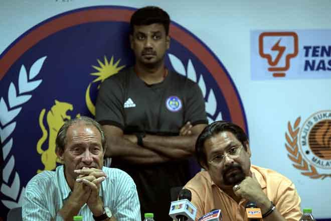 Presiden Konfederasi Hoki Malaysia Datuk Seri Subahan Kamal (duduk kanan) bersama Roelant (duduk kiri) pada sidang media Pengumuman Keputusan Perlawanan Kelayakan Sukan Olimpik 2020 di Stadium Hoki Bukit Jalil kelmarin.  — Gambar Bernama