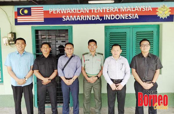 Penulis (dua kanan) bergambar bersama Pegawai Perhubungan Tentera Malaysia di Samarinda, Kapten Kamarul Ariffin Ajhman (tiga kanan), Saibi (tiga kiri) dan Jeremy (kanan). Turut kelihatan dua anggota tentera, Kpl Saham Yak (dua kiri) dan Kpl Esron Laidin (kiri) ketika kunjungan ke pejabat MMLO Samarinda semalam.