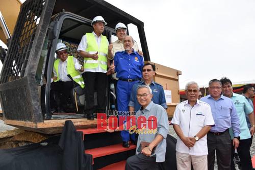 Abang Johari merakam gambar bersama menteri-menteri kabinet negeri dan pihak Sarawak Petchem sebelum melakukan pecah tanah.