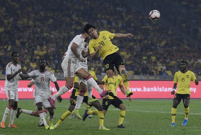 Pemain Malaysia Muhammad Syafiq Ahmad mengasak kubu pertahanan Emiriyah Arab Bersatu (UAE) pada pusingan kedua kelayakan Piala Dunia 2022/Piala Asia 2030 di Stadium Nasional Bukit Jalil malam tadi. - Gambar Bernama