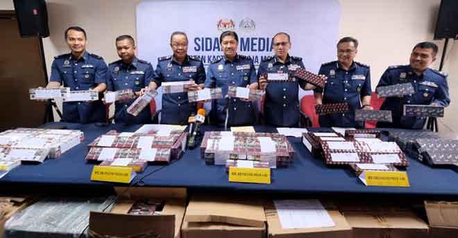 Zulkurnain (tengah) ketika sidang media mengenai kejayaan Jabatan Kastam Diraja Malaysia (JKDM) mematahkan cubaan menyeludup rokok putih di Lapangan Terbang Antarabangsa Kuala Lumpur (KLIA) semalam. — Gambar Bernama