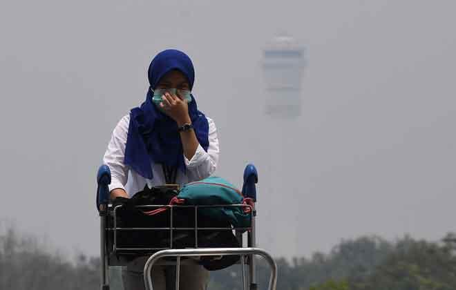 Pemandangan di kawasan Lapangan Terbang Kuala Lumpur kabur berikutan keadaan jerebu di Sepang, semalam. — Gambar Bernama