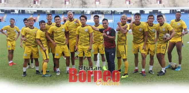 Pemain Sarawak tampak bersemangat pada sesi latihan di Stadium Sarawak, Petra Jaya semalam.
