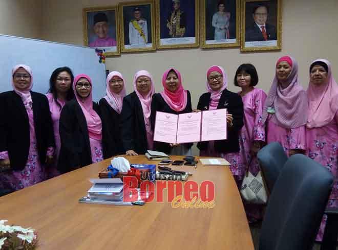 Rosey (lima kanan) menerima jemputan bagi pihak kementerian daripada Suriani untuk hadir ke pembukaan rasmi pusat Pink Ribbon bulan depan.