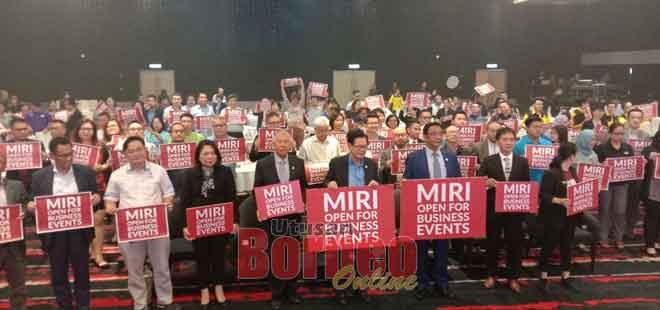 Abdul Karim (dua kanan) bersama Sebastian dan Lee merasmikan Business Events Consortium of Miri (BECoM) di Miri semalam.