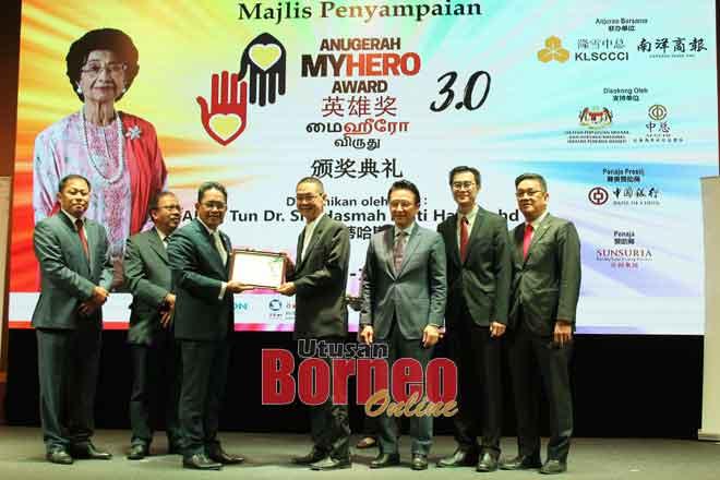 (Tiga kiri) Dr. Md Farid menyampaikan sijil penghargaan media rasmi pada Pengurus Jualan Kanan See Hua Marketing Lionel Tiong yang mewakili akhbar Utusan Borneo dan Borneo Post.