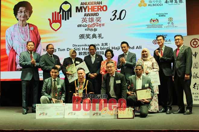 Tun Dr. Siti Hasmah Mohd. Ali (tengah) bergambar bersama penerima Anugerah MyHero 3.0.