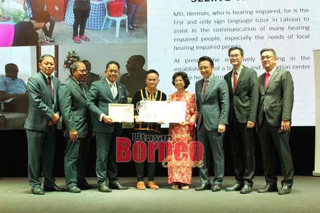 Herman (tengah) menerima hadiah  RM5,000, trofi dan sijil penghargaan daripada tetamu kehormat, Tun Dr. Siti Hasmah Mohd. Ali.