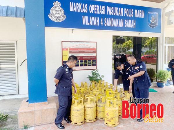 Pajeri (kanan) bersama Pegawai Pemerintah Marin Sandakan DSP Rusdin Banin (kiri) memeriksa tong gas di Markas Operasi Pasukan Polis Marin Sandakan.