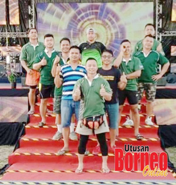 Norbert (berdiri depan) bersama-sama pemain-pemainnya selepas perlawanan akhir itu yang berkesudahan Surun Sinurambi Tambunan berkedudukan naib juara sementera juara New Born dari Kota Marudu.