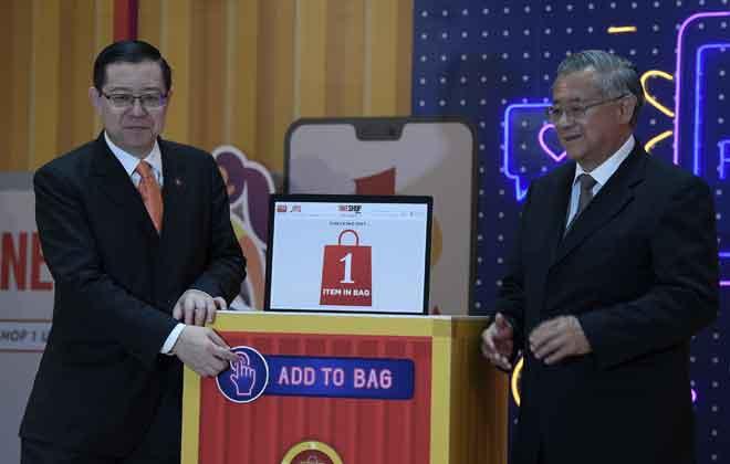 Lim bersama Pengarah 1 Utama Tan Sri Teo Chiang Kok (kanan) melancarkan 1Pay Digital E-Wallet and Online Shopping E-Commerce semalam. — Gambar Bernama