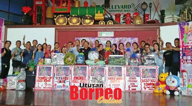 Kakitangan Pasar Raya Boulevard ceria bergambar berkumpulan dengan hadiah-hadiah yang disediakan untuk dimenangi pada hari keluarga Ahad ini.