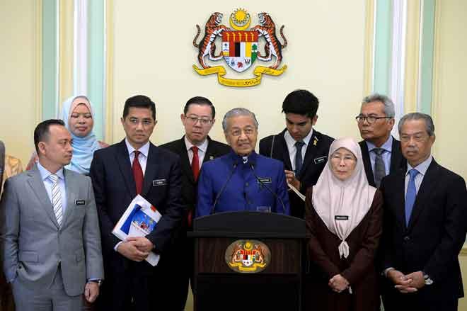 Tun Dr Mahathir (tengah) pada Sidang Media selepas Mempengerusikan Mesyuarat Khas Jemaah Menteri Mengenai Wawasan Kemakmuran Bersama 2021-2030 di Bangunan Perdana Putra semalam. — Gambar Bernama