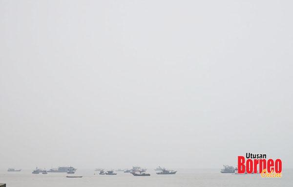 Juragan atau pengendali kapal besar dan bot kecil dinasihatkan supaya berhati-hati semasa berada di laut.