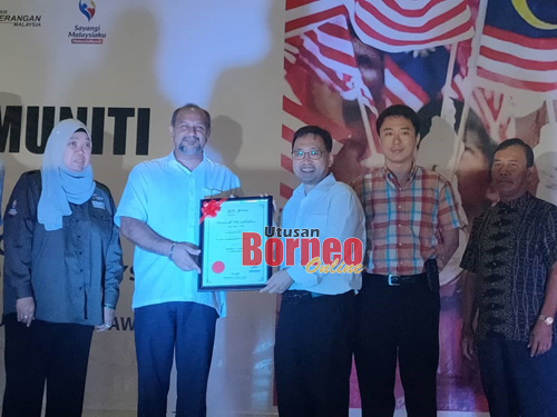 Gobind menyerahkan Watikah Penubuhan Komuniti Harapan Malaysia bagi Parlimen Stampin  kepada Chong selalu Ahli Parlimen Stampin.