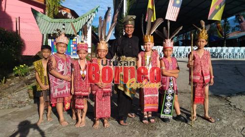 Cikgu Emmet merakamkan gambar bersama anak-anak murid SK Melugu yang membuat persembahan gendang pampat Iban.